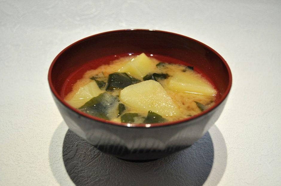 1280px-Potato_and_seaweed_miso_soup