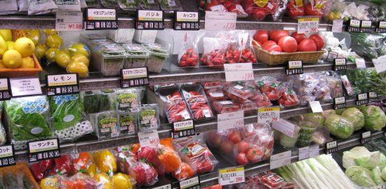 スーパーの野菜コーナー_2008_(2785121488)