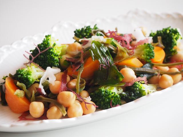 戻した数種類の海藻とひよこ豆、蒸し野菜のサラダ