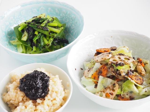 手前左:玄米ご飯に乗せた佃煮 左奥:青菜の佃煮和え 手前右:野菜炒め