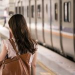 800px-Female_human_back_and_TRA_EMU700_at_Hsinchu_Station_20151114