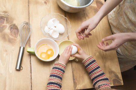 卵を割る親子