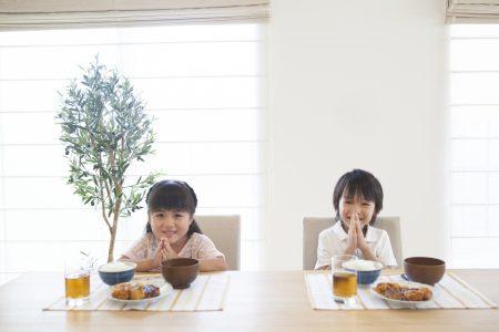 食事をする女の子と男の子
