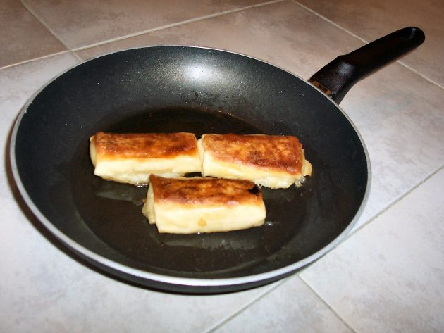 Blintzes_in_frying_pan