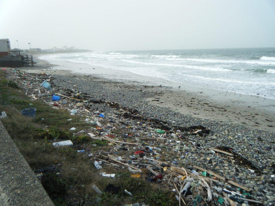 Dirty_beach,_north_from_Shimonoseki,_Japan_-_panoramio