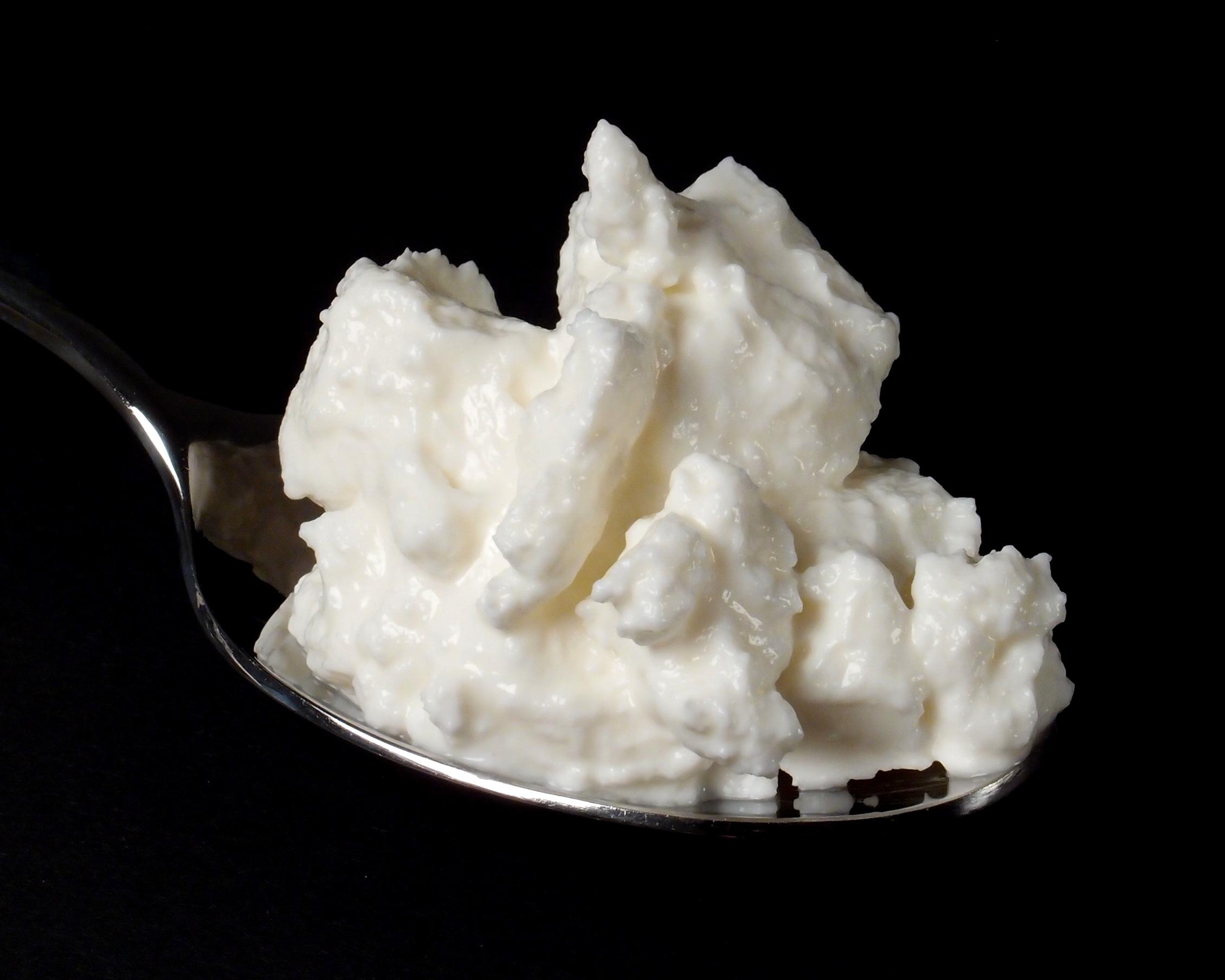 Skimmed_milk_quark_on_spoon