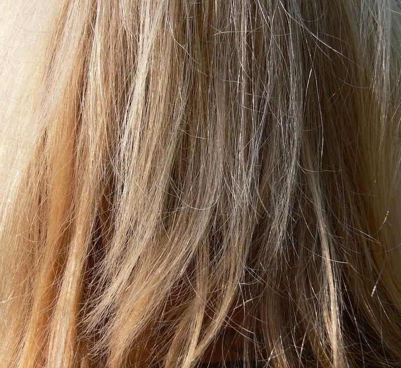 Zerzauselt Color Wind Blond Long Hair Close Hair