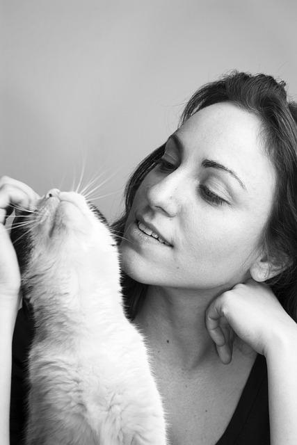 猫と飼い主の女性