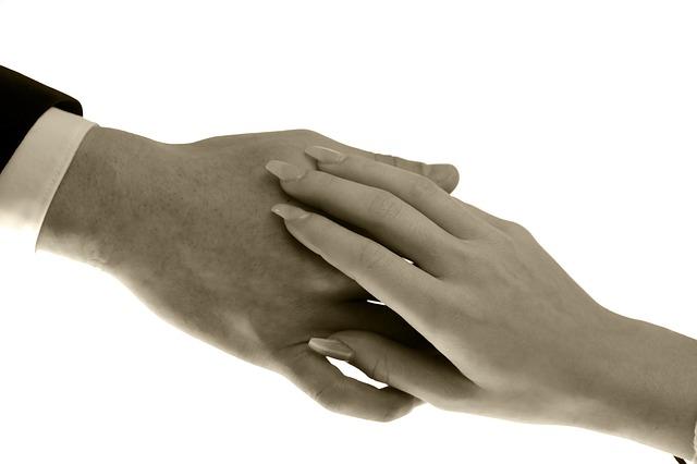 hands-2946941_640