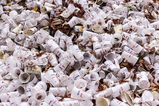plastic-cups-973103_640