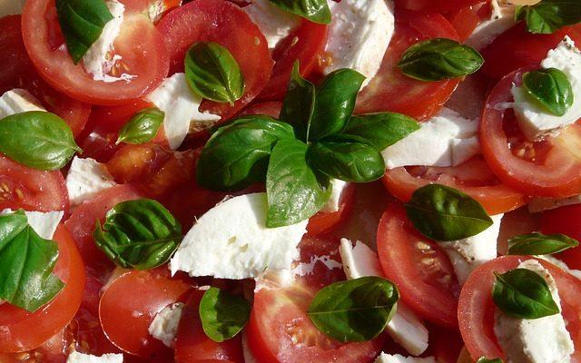 tomato-and-mozzarella-salad-8830_640