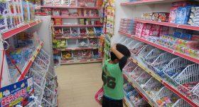 赤ちゃん、子どもに「買ってはいけない添加物の多い駄菓子原材料リスト」と、子どもの味覚を育むために「買ってもいい安全なお菓子リスト」。