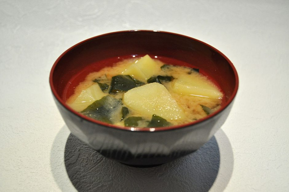 1280px-Potato_and_seaweed_miso_soup