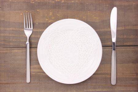 お皿とカトラリー・ハートのレース