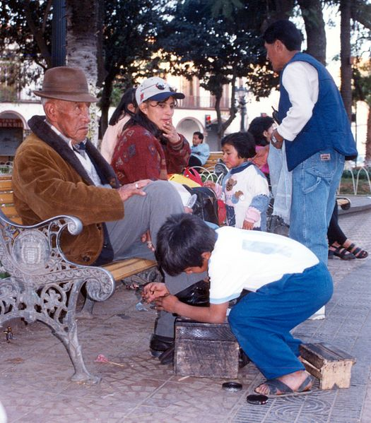 525px-Child_labor_in_Bolivia_Shoe-Shine_Boy