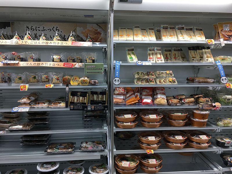 コンビニ おにぎり・サンド 売り場 2016 (31483953756)