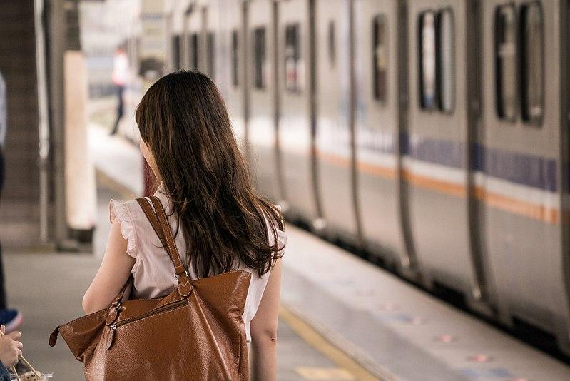 800px female human back and tra emu700 at hsinchu station 20151114