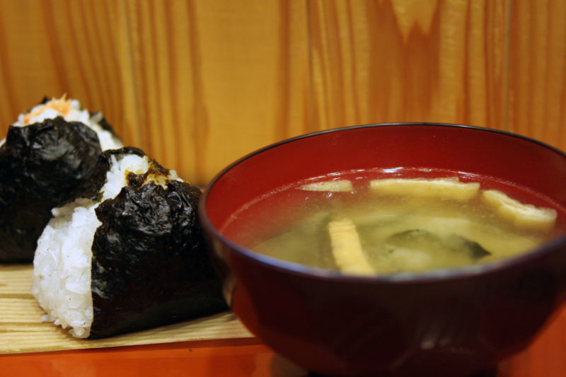 800px-Onigiri_and_miso_soup_by_OiMax_in_Tokyo