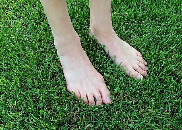 barefoot-1394846_640