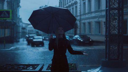 雨の中傘をさす女性