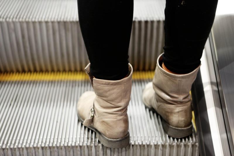 hand shoe girl woman feet steps 1087313 pxhere.com