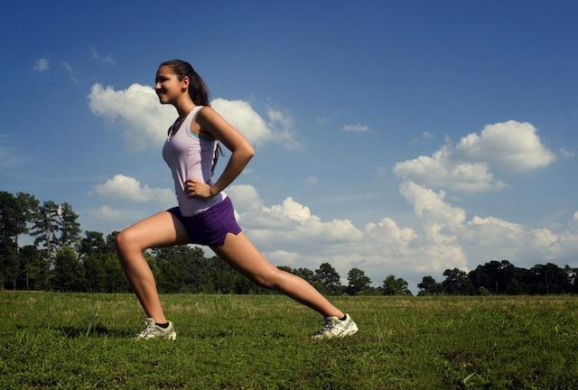 jeune-femme-sportive-jogging