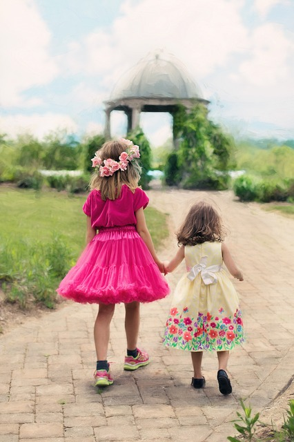 little-girls-walking-773024_640