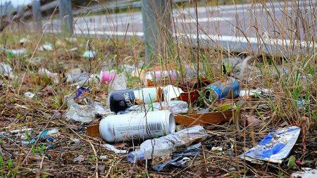 道路に捨てられたゴミ