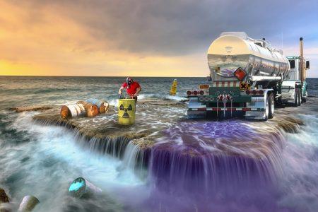 放射性廃棄物を海に流す男