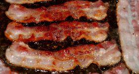 ウインナーやベーコンなどの市販加工肉に大量に含まれる危険な添加物を溶かし出す方法をご紹介します。