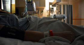 「悪い所は取ってしまいましょう」と父の緊急大腸手術。それに対し、逆に自力で治した妻の顔のアトピー。真逆の体験から皆さんに伝えたいこと。