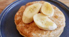朝食やおやつに。卵なし!牛乳なし!たんぱく質をチャージできるふわふわプロテインパンケーキの作り方。