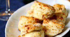 ワインに合う持ち寄りレシピ。30分で作れる卵・バター不使用クリスマスカラーの塩味スコーン。