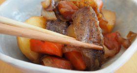 肉・魚の代用に、切って凍らせるだけで簡単「氷こんにゃく」。健康にも美容にも効果大!お肉不使用の「にゃくじゃが」の作り方。